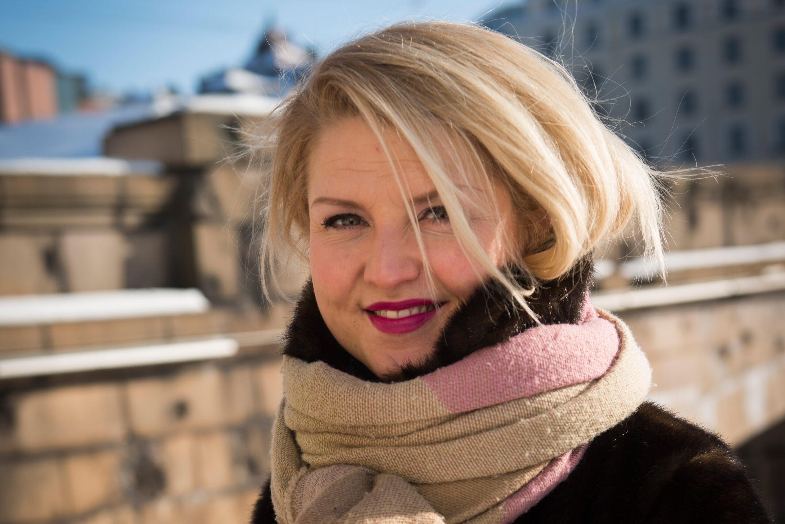 Helmi-Leena Nummela katsoo kameraan hymyillen Hakaniemessä.
