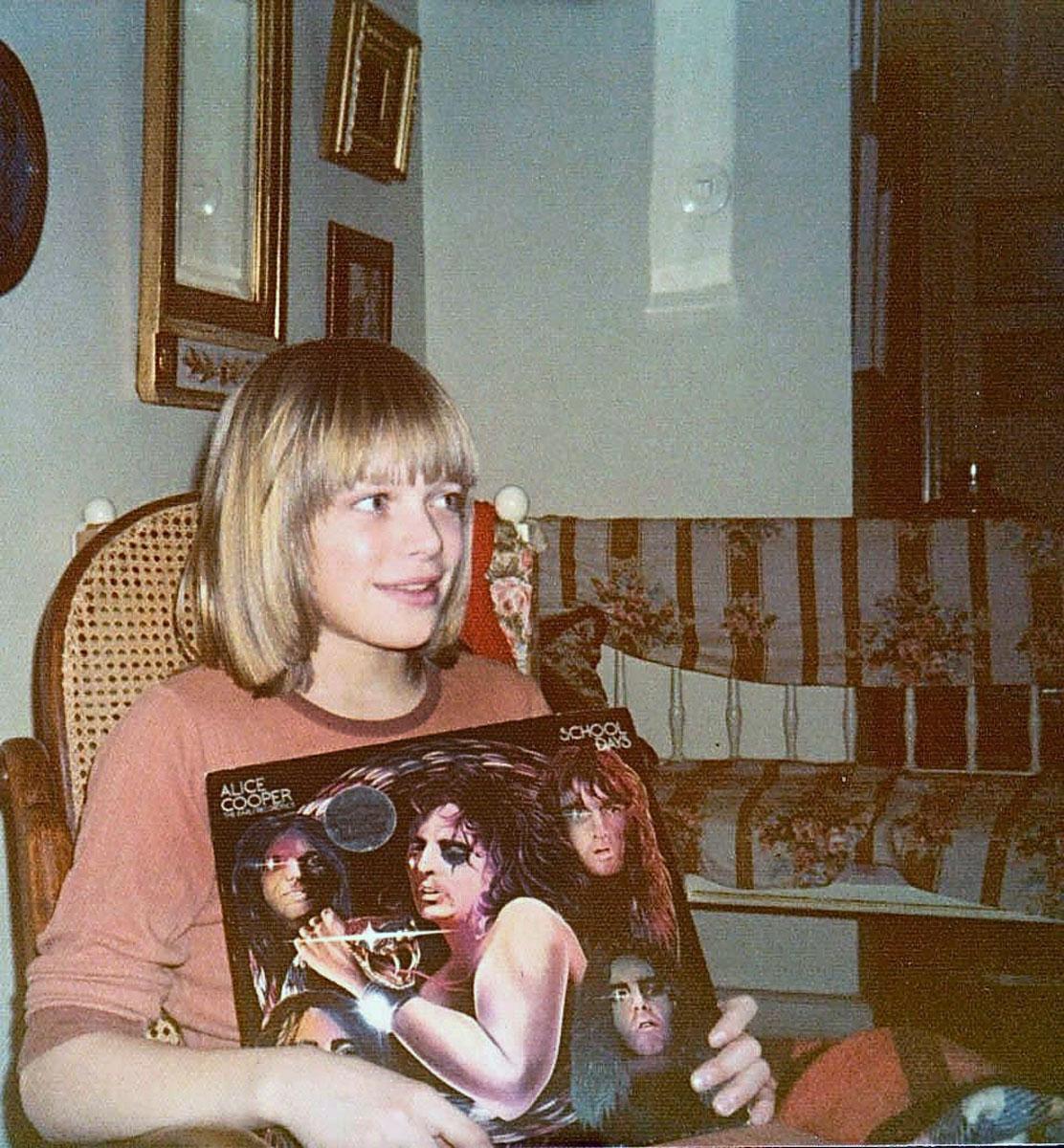 Michael Monroe kotonaan Töölössä 1070-luvun puolivälissä. Kädessään hän pitelee Alice Cooperin levyä.