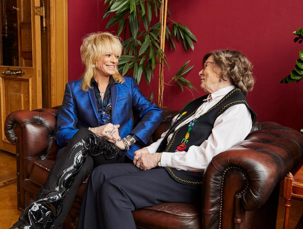 Michael Monroe ja äiti Marjatta Kaistila katsovat toisiinsa hymyillen.