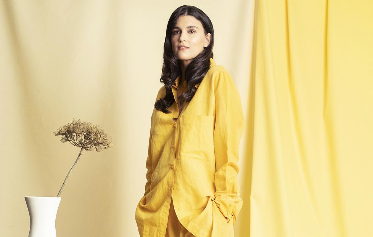 Malli Maryam poseeraa Annan kesämuoti 2021 -jutussa yllään keltainen sortsiasu.