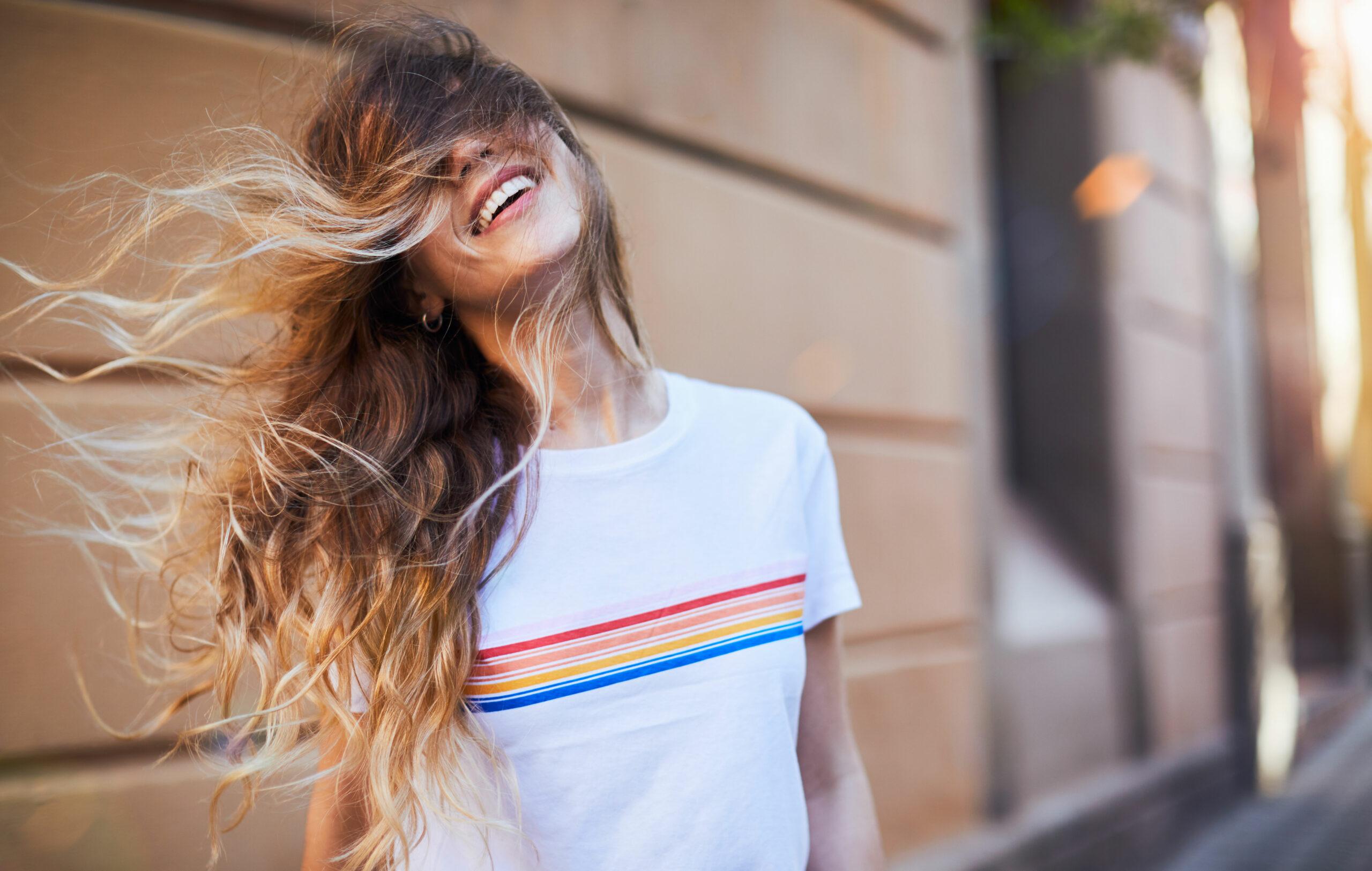 Surffitukkainen iloinen nainen
