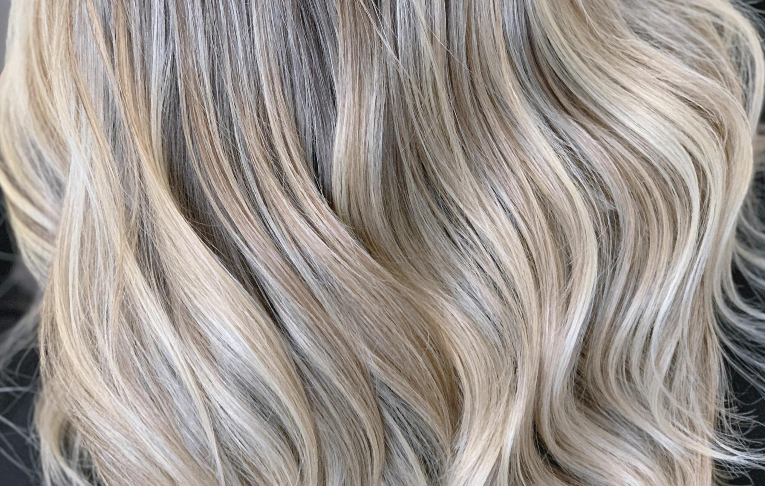 Olaplex tai muu hiusten tehohoito auttaa erityisesti vaalennuksissa. Kuvassa vaaleat hiukset.