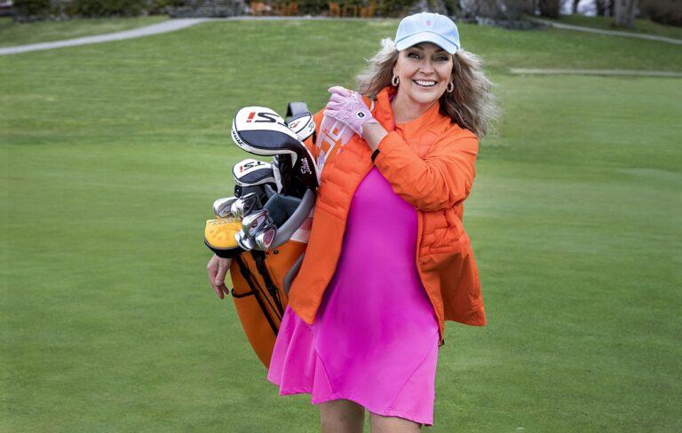 Annan golfmuoti 2021 -jutun malli Merja Varvikko kantaa golfbägiä viheriöllä.