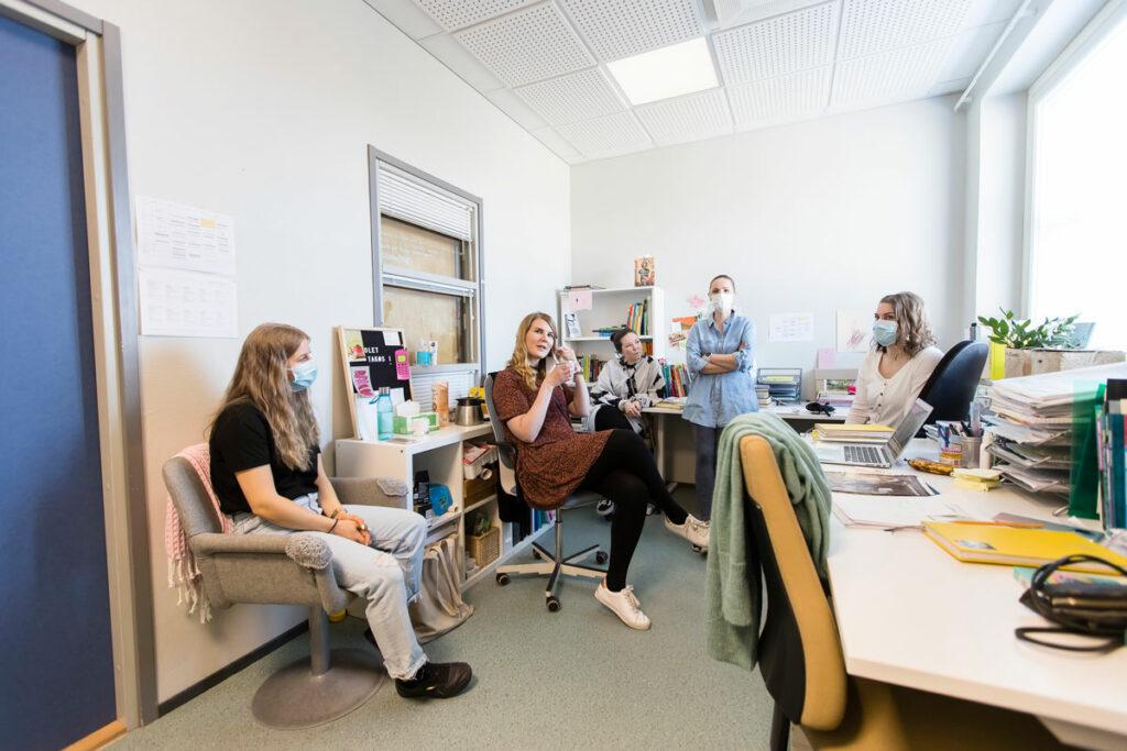 Resurssiopettaja Silja Hyrkkänen sekä äidinkielen opettajat Marita Ryhänen, Eeva Kaskinen, Janika Johansson ja Heidi Selenius istuvat välitunnilla opettajainhuoneessa.