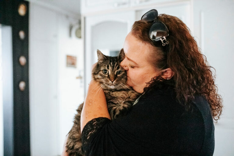 Kaisa Pöyhiä pitelee sylissään kissaansa.