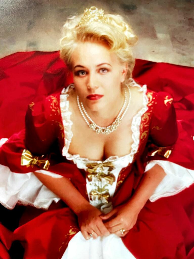 Taidemaalari Johanna Oras vuonna 1994 yllään punainen tilaustyönä teetetty iltapuku.