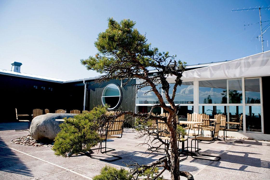Hotelli Havsviddenin patio pöytineen ja tuoleineen.
