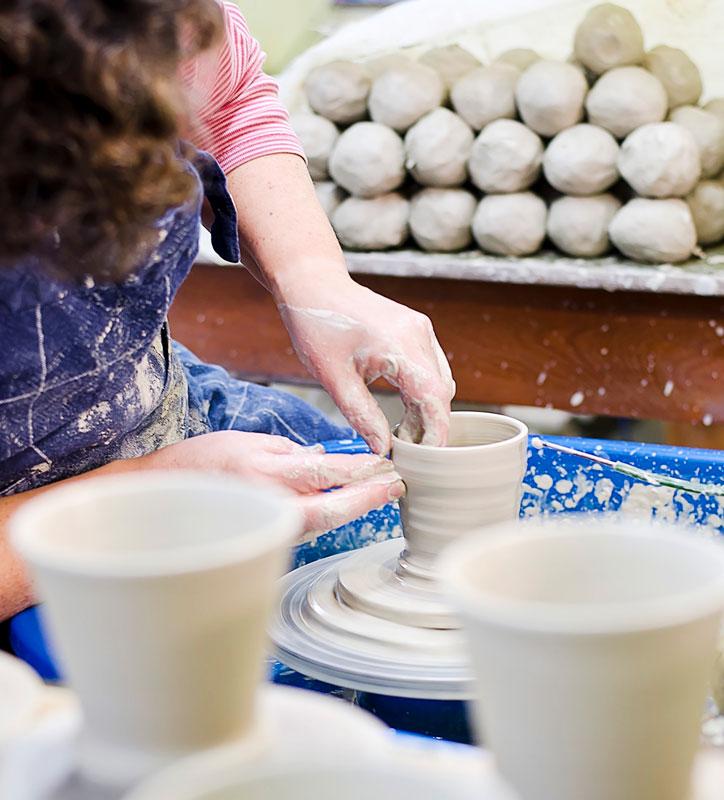 Ahvenanmaa on tunnettu taidekäsitöistään. Mukia muotoillaan dreijalla.