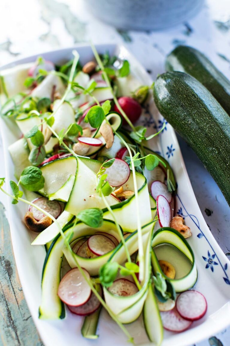 kesäkurpitsa-villiyrttisalaatti