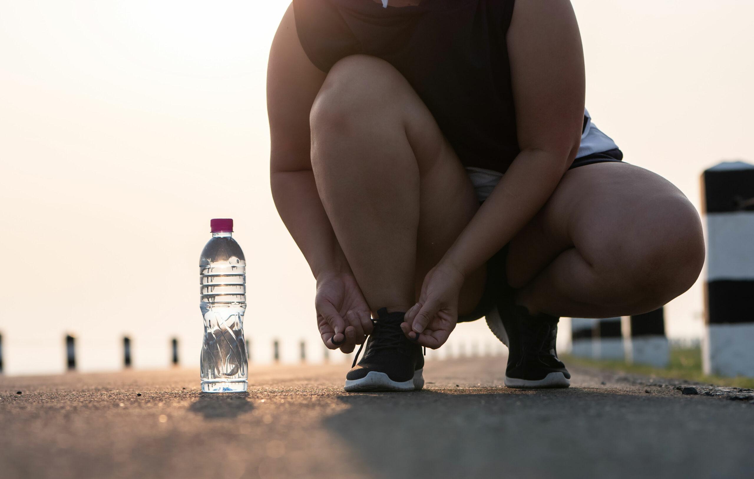Juoksija solmii kengännauhojaan.