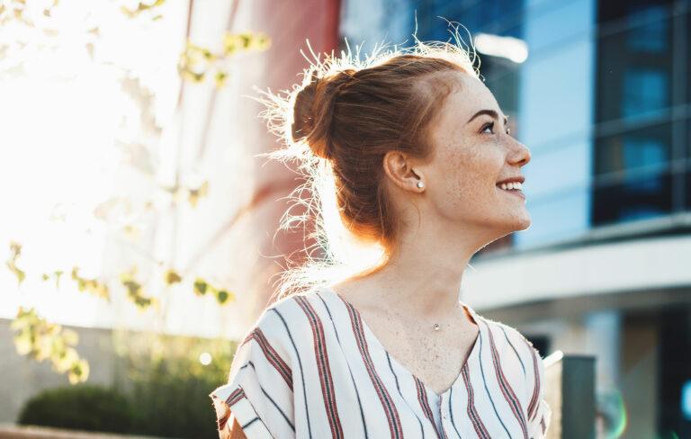 Valolääkeihottuma – punatukkainen nainen ulkona auringiossa