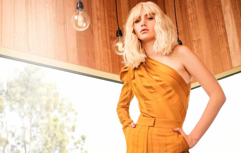 Vaaleahiuksinen nainen