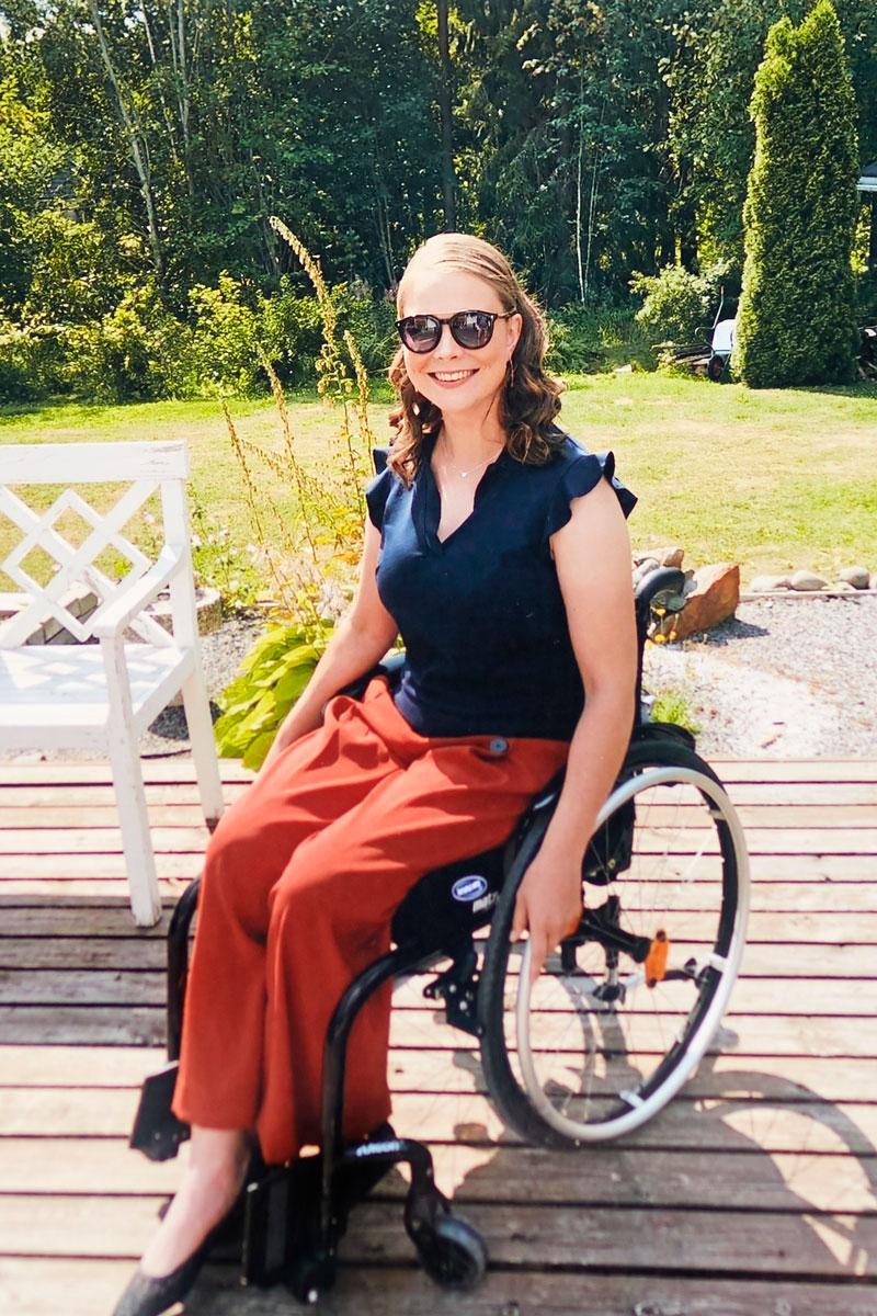 Pyörätuolissa istuva Jannika Välimaa.