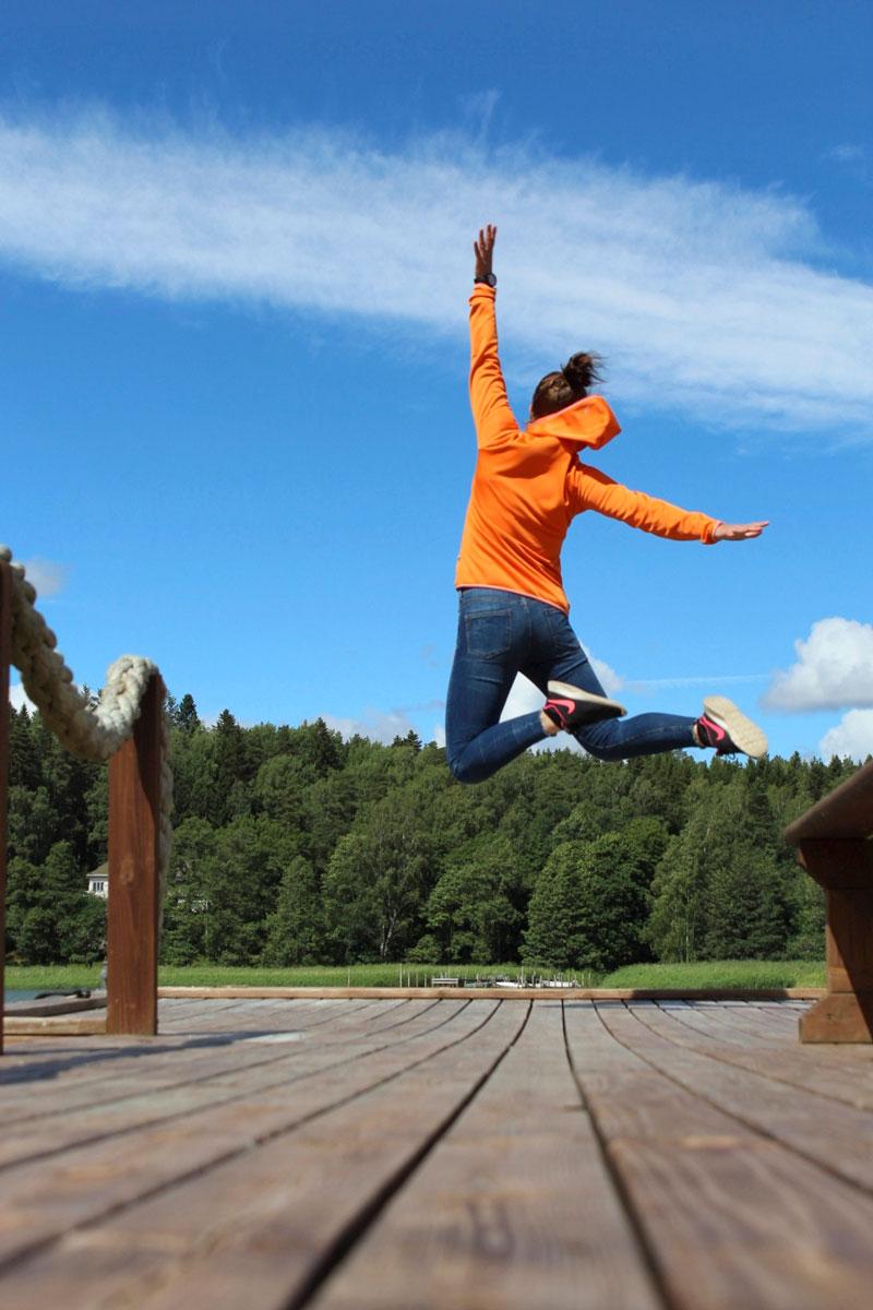 Jannika Välimaa hyppää ilmaan.