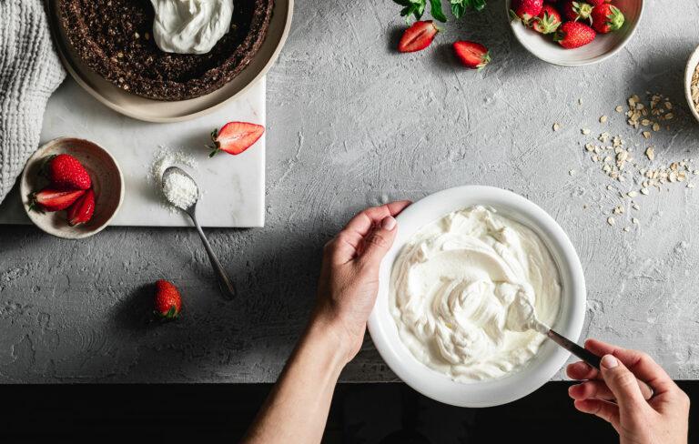 Kuohukerman ja vispikerman erot. Vispikermaa lautasella kakun koristelua varten.