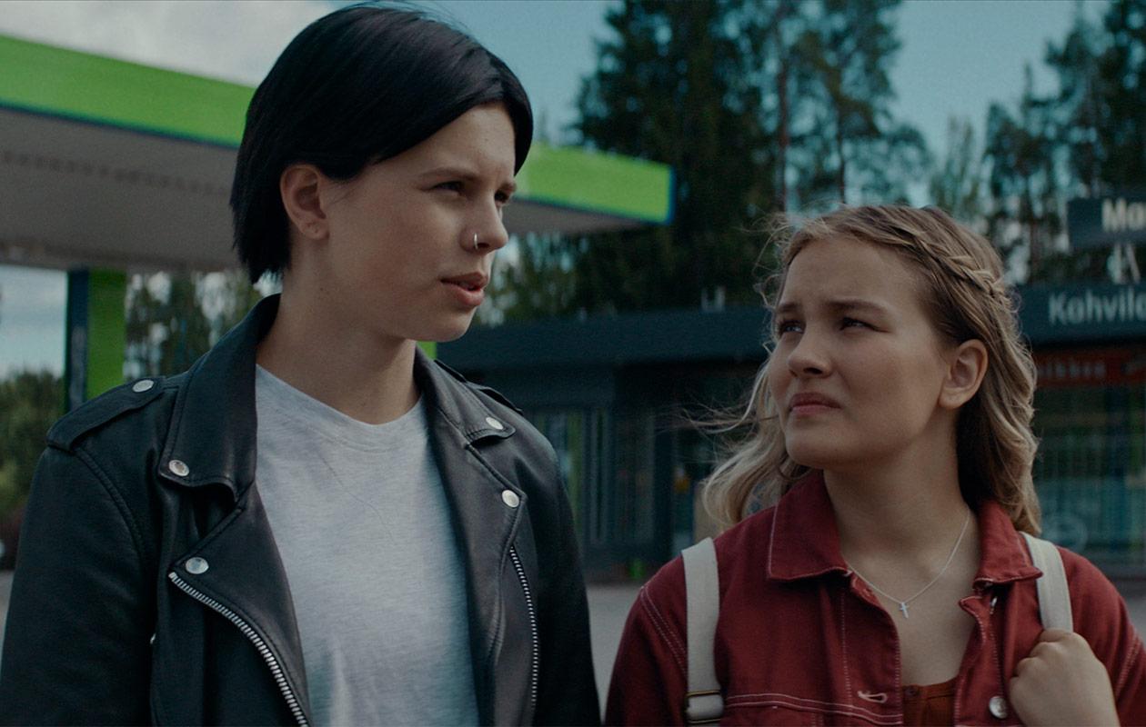 "Carola Hakola (Alexandra ""Allu"" Korva) ja Rebekka Baer (Kerttu Hurme)."