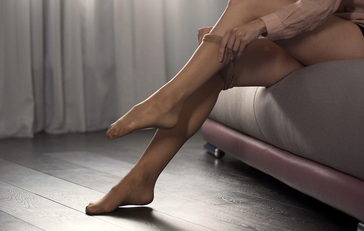Jalat, joiden ylle puetaan sukkahousuja.