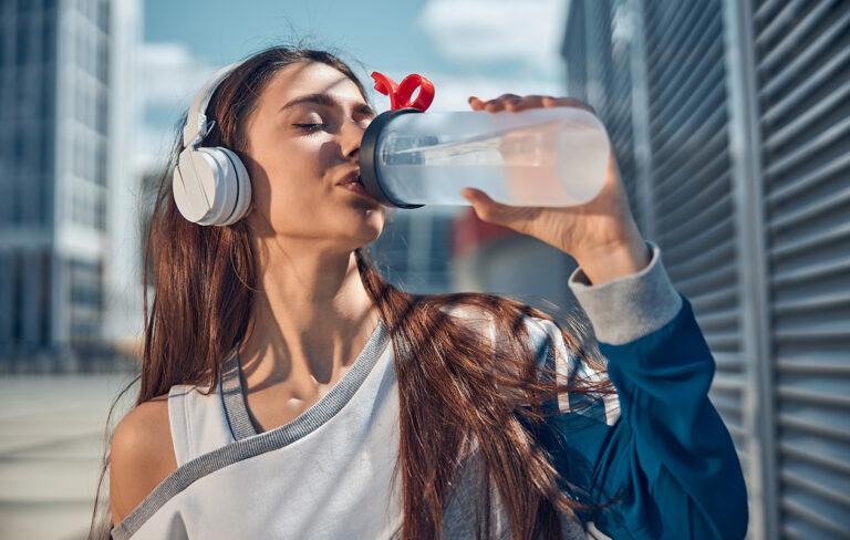 Veteen sekoitettu elektrolyyttijauhe voi olla avuksi helteellä.