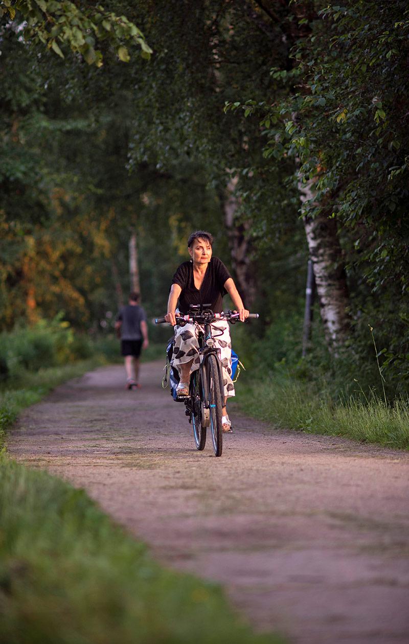 Sonja Koski pyöräilee.