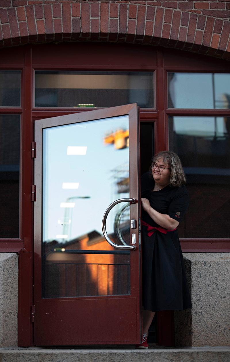 Taija Vuorela seisoo hotellin ovella.