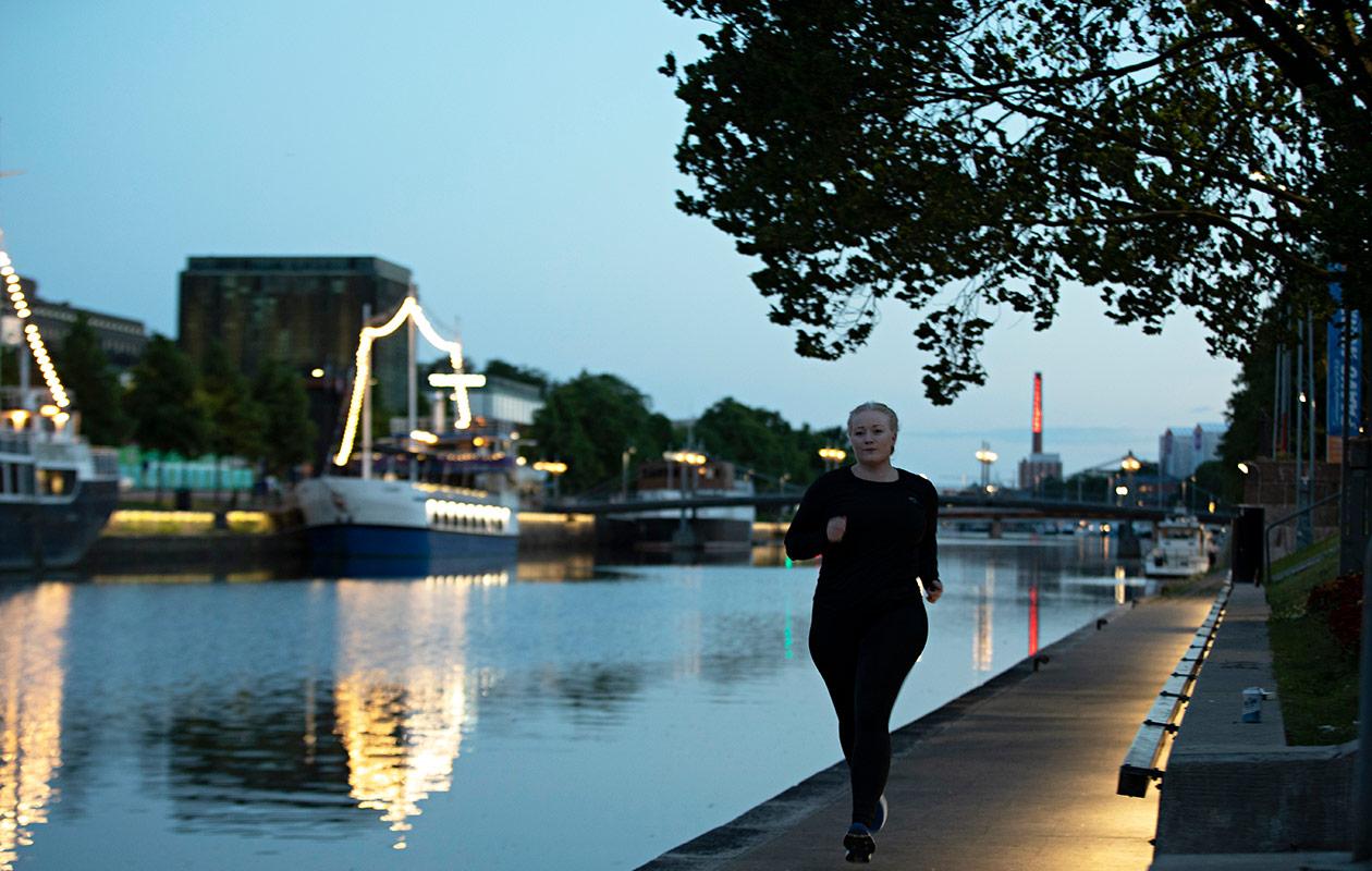 Mirella Lindvall juoksee öisessä kaupungissa.