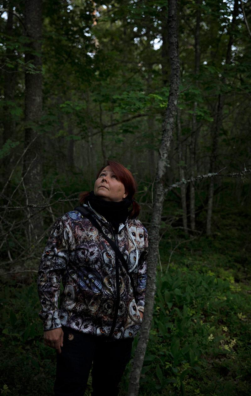 Jenni Lindstedt tähyilee puidenlatvoja.