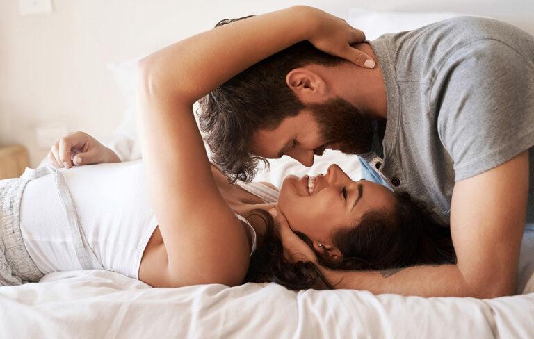 Halu voi olla läsnä. Nainen ja mies pitävät kasvojaan lähekkäin ja hymyilevät toisilleen.