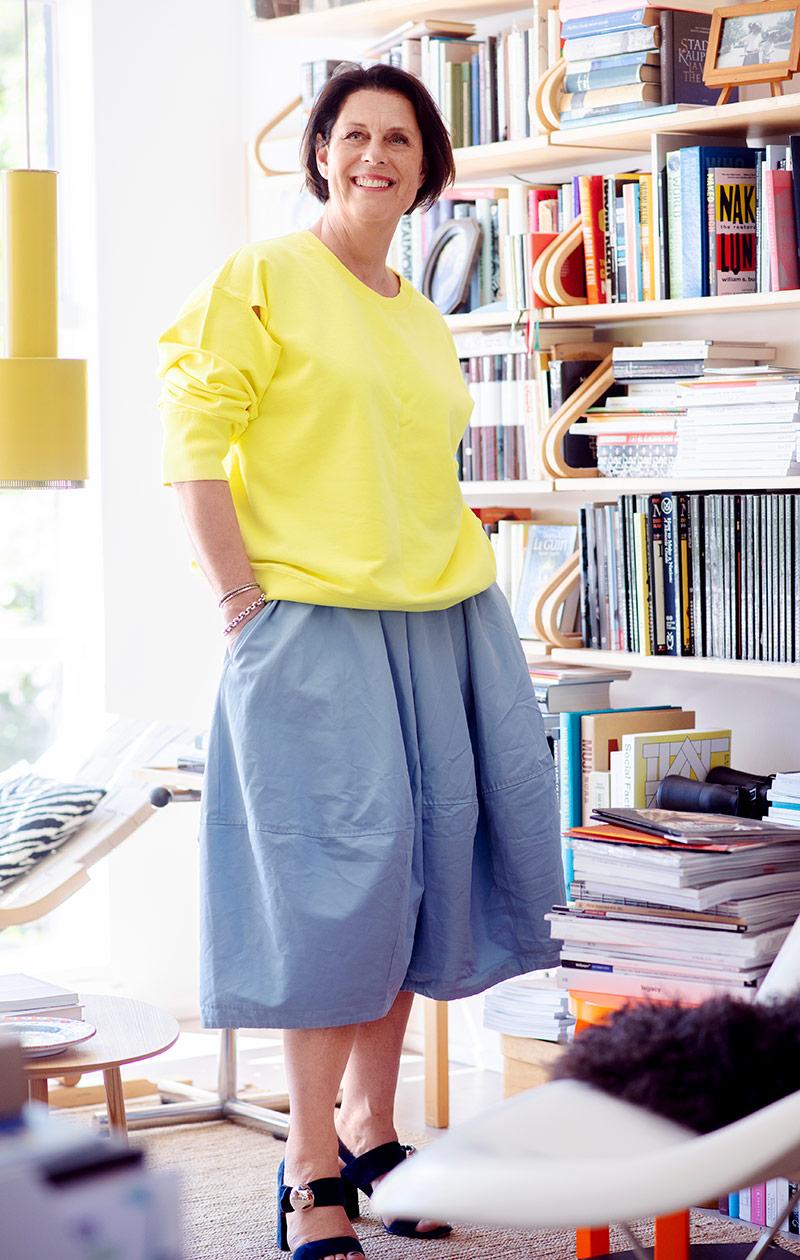 Mirkku keltaisessa paidassa ja sinisessä hameessa.