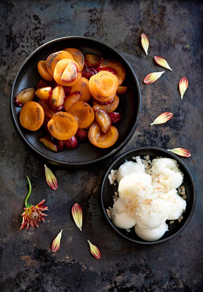 grillatut hedelmät ja jäätelö