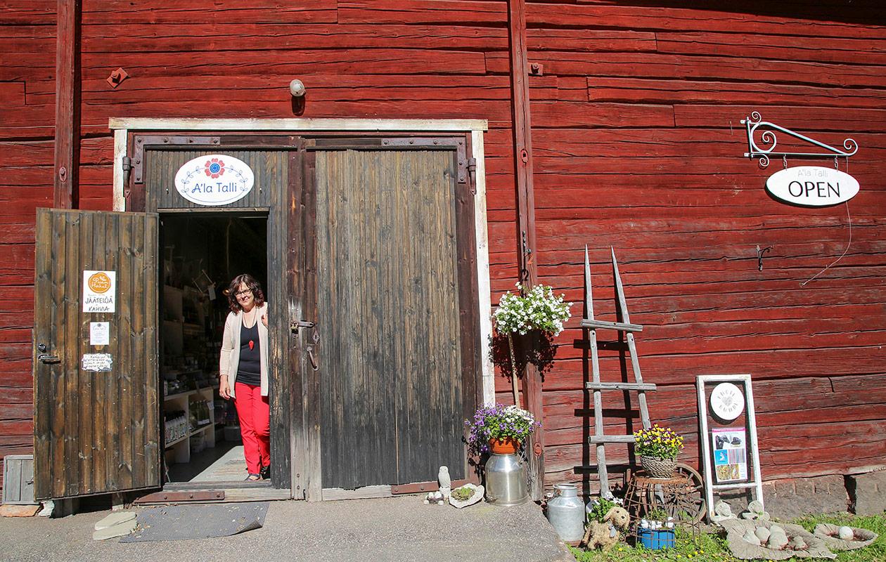 Anne Laakso seisoo A'la Tallin ovenraossa.