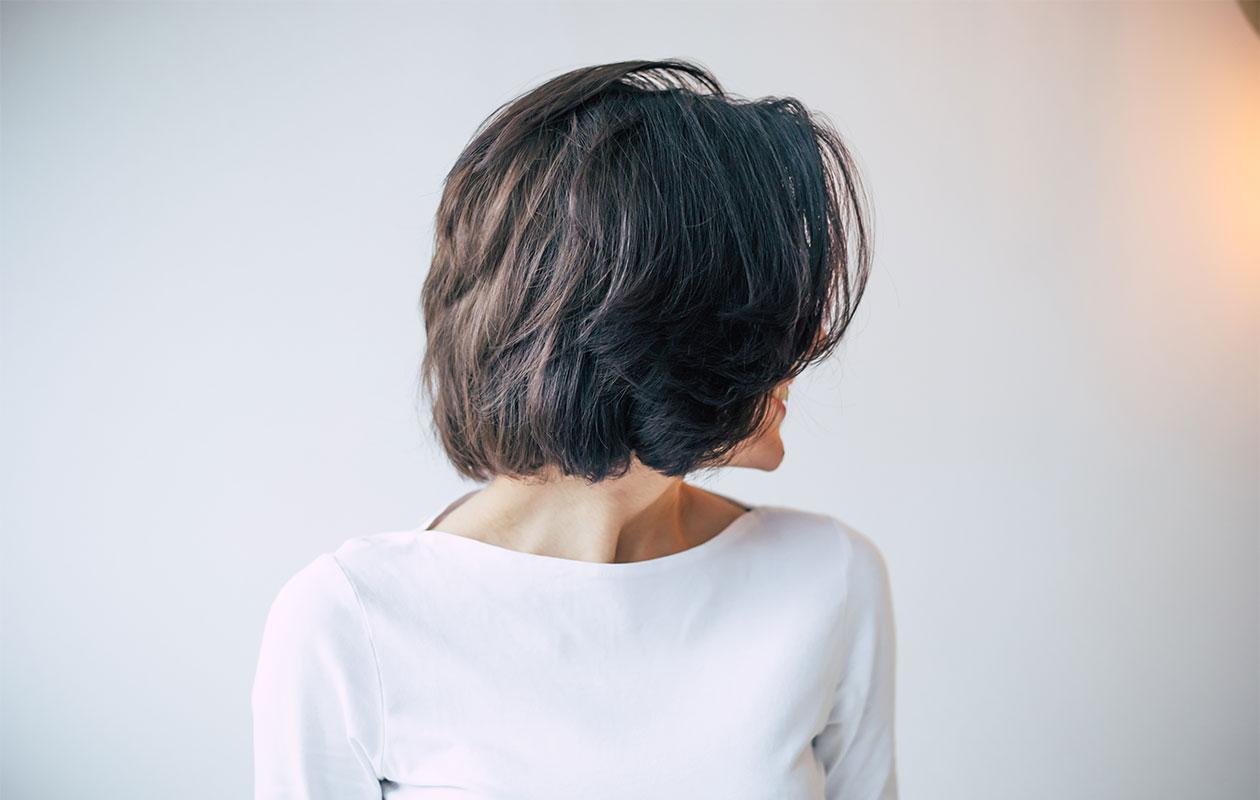 Sivuprofiili lyhyestä polkkatukasta. Halusitpa sitten räväkät lyhyet hiukset tai klassisemmat, tärkeintä on hiuspohjan valmistelu ennen kampauksen tekemistä.