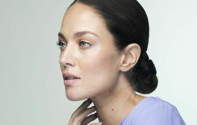 Nainen, jolla on niskanuttura. Myös lyhyet hiukset saa niskanutturalle, kunhan nutturasta tekee tarpeeksi napakan.