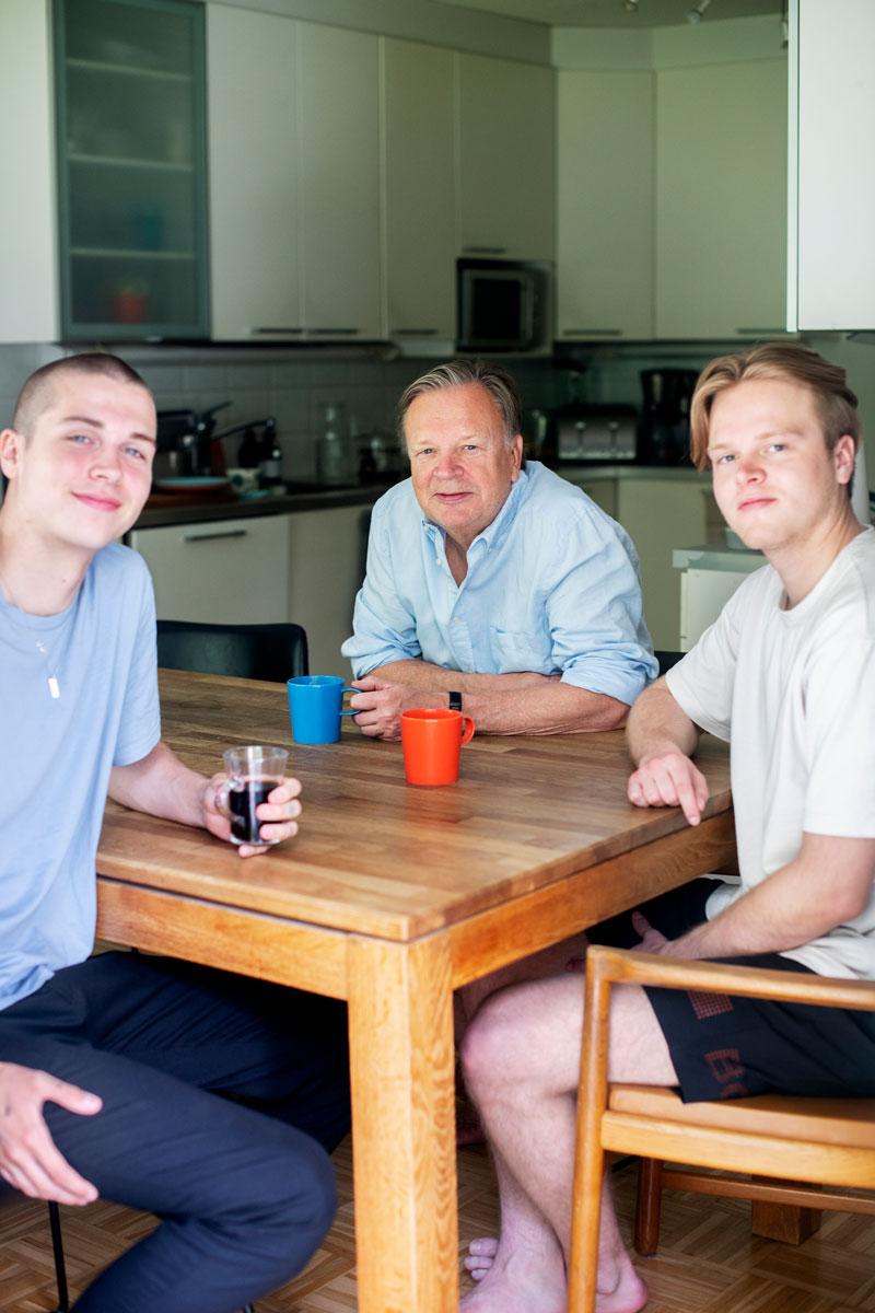 Alex, Jari ja Oskar istuvat keittiönpöydän ääressä.