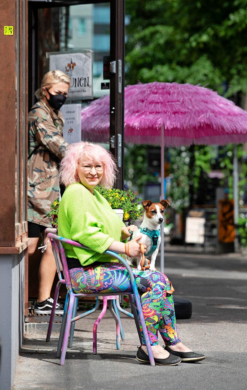 Anniina Kärkkäinen sylissään koira.
