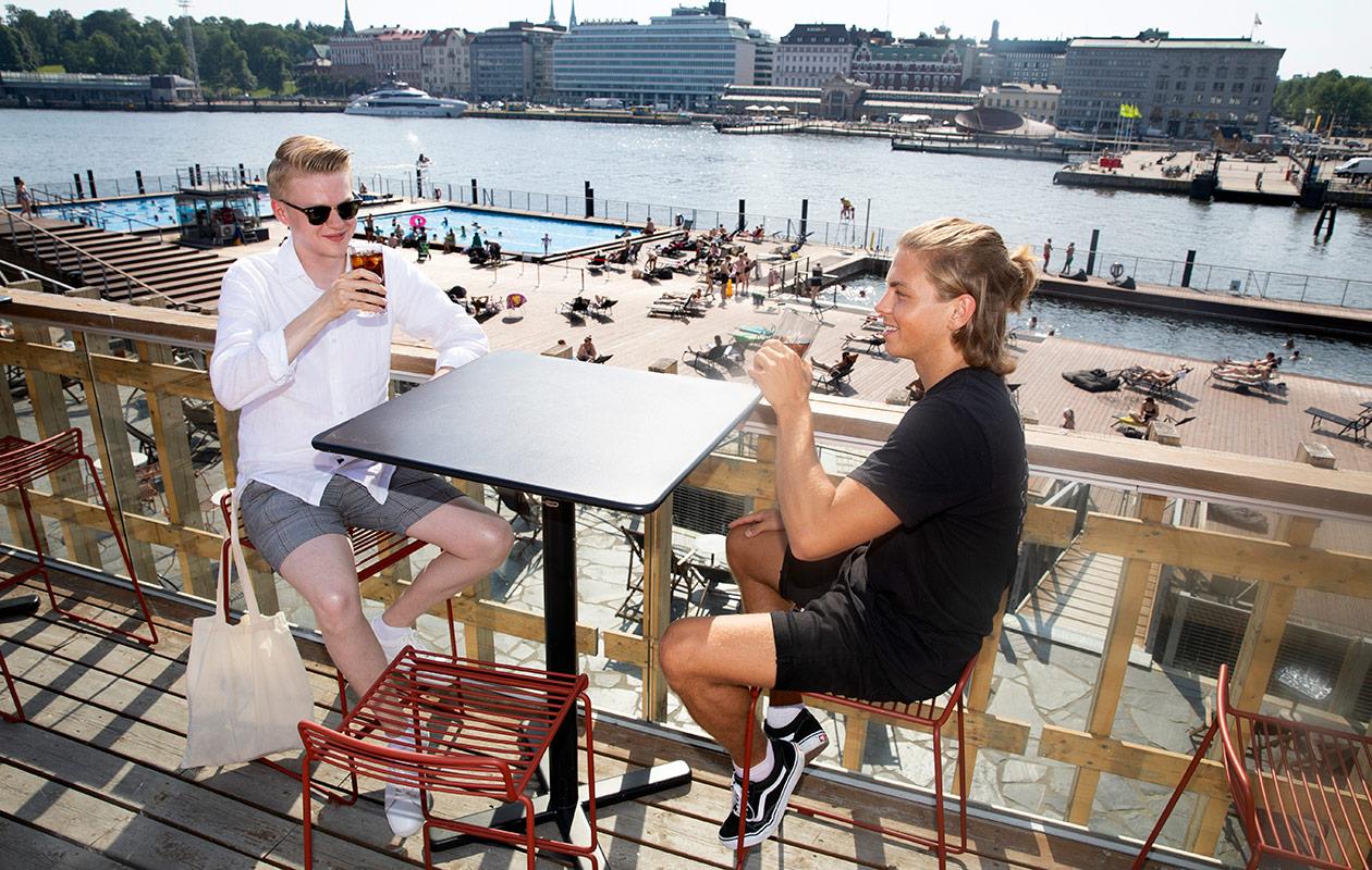 – Käymme täällä usein töiden jälkeen yhdellä, Elmo Eklund (vas.) ja Valtteri Juvonen kertovat Allas Sea Poolin kattoterassilla Helsingissä.