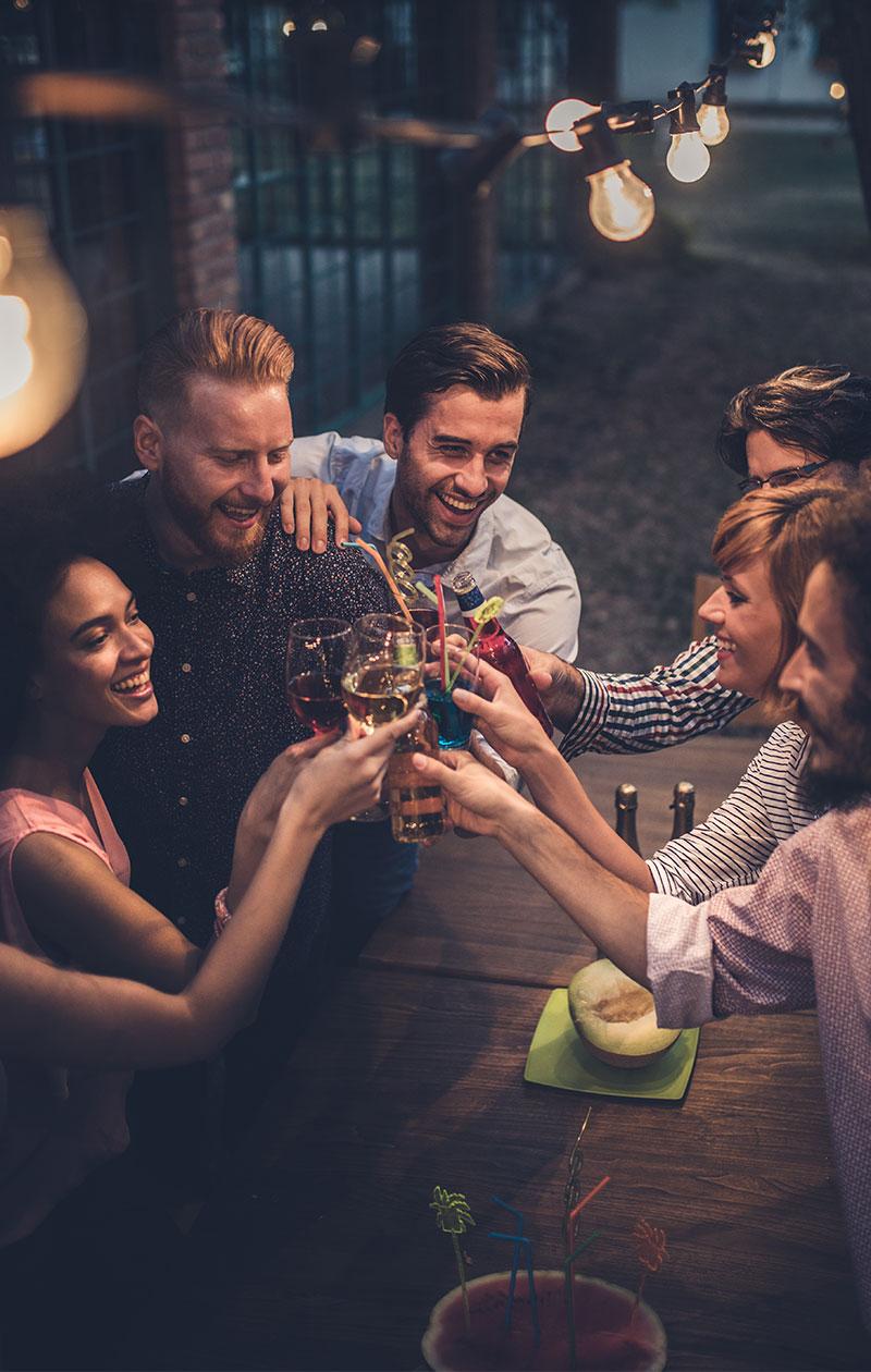 Porukka ihmisiä skoolaamassa alkoholin kanssa. Sober curious -ilmiössä ei ole kyse absolutismista. Ilmiön ytimessä on halu kyseenalaistaa yhteiskunnassa villitseviä alkoholinormeja ja kiinnostus
