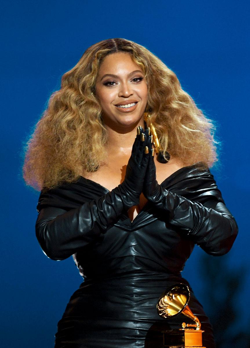 Beyoncé mustassa asussa hiukset avoinna.