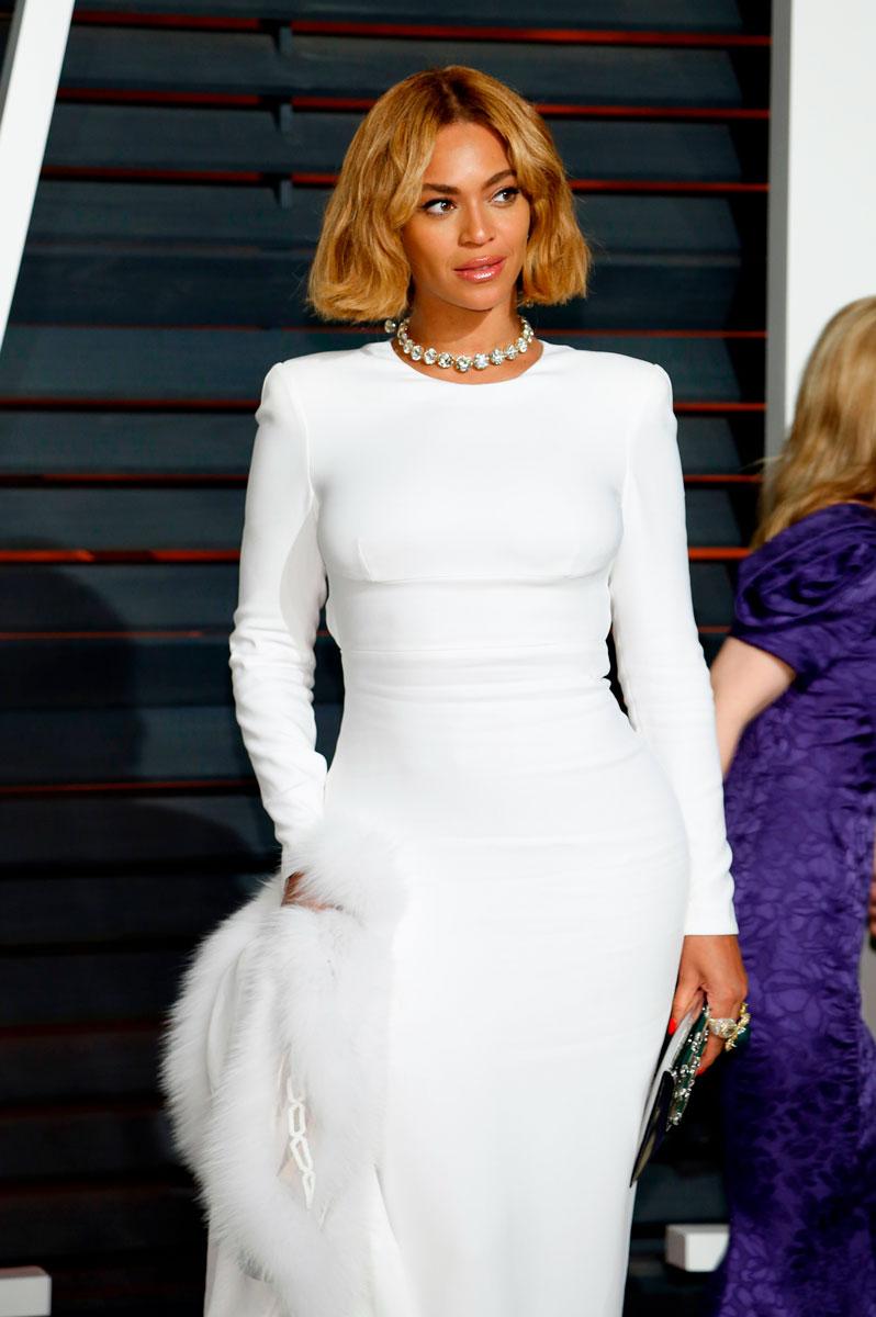 Beyoncé valkoisessa mekossa.