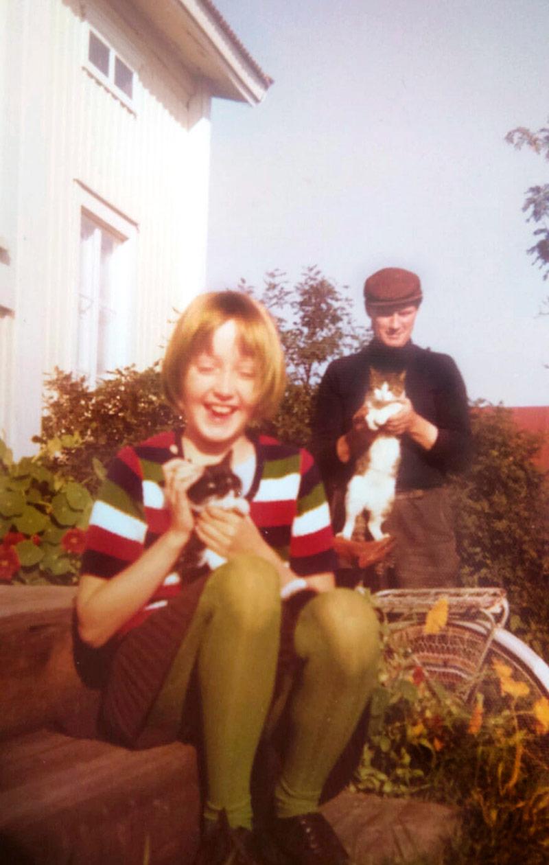 Olga Ketonen lapsena, pitelee sylissään kissanpentua.