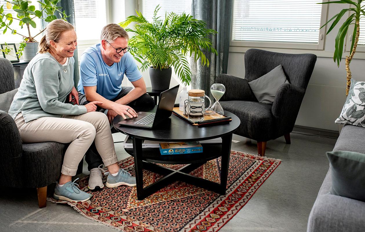 Kia ja Jukka katsovat tietokoneelta jotakin.
