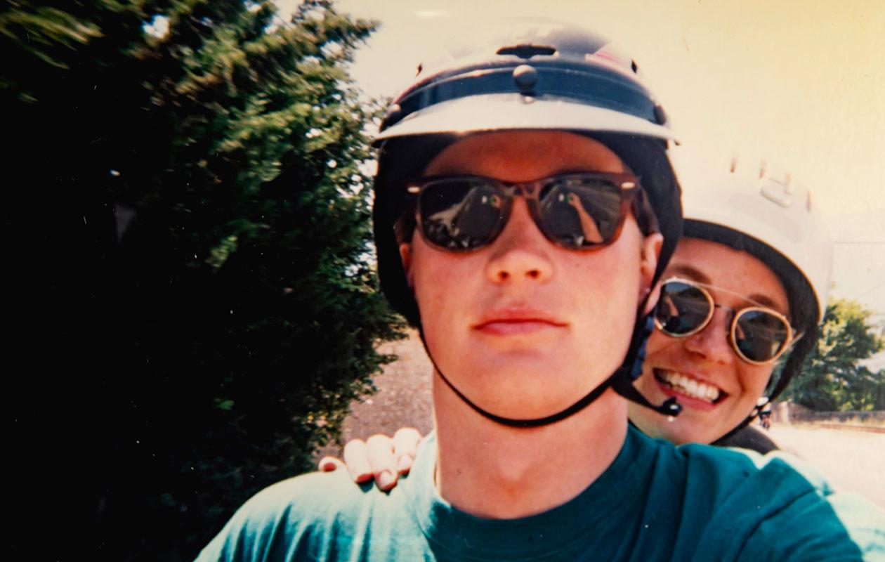 Jukka ja Kia kypärät päässään ja aurinkolasit silmillään.