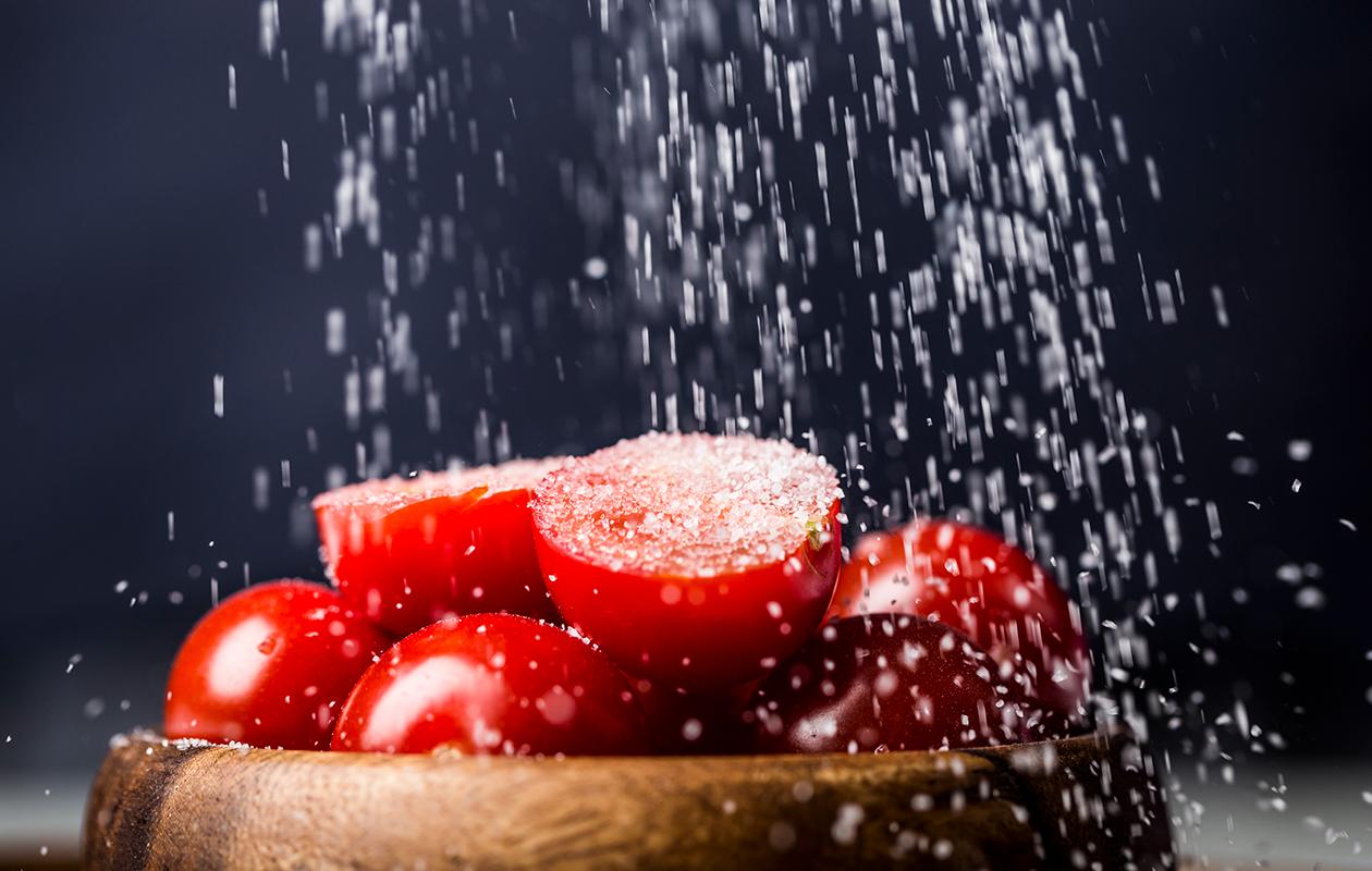 Suola kannattaa lisätä aina ruoan päälle, jolloin se maistuu vahvemmin.