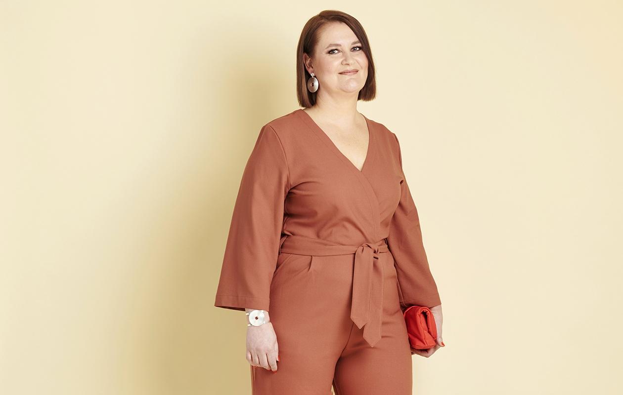 Annan muuttumisleikkiin osallistunut Merja Mäkitalo yllään oranssi haalari.