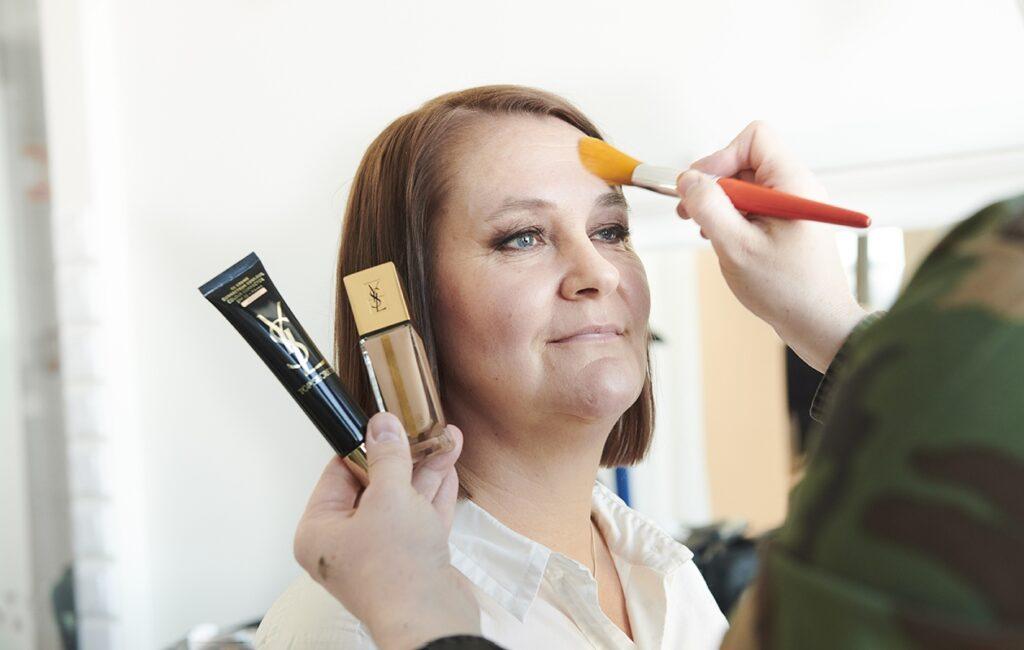 Luonnollista meikkiä suosiva Merja Mäkitalo ihastui tummaan silmämeikkiin ja aikoo opetella tekemään sen myös itse.