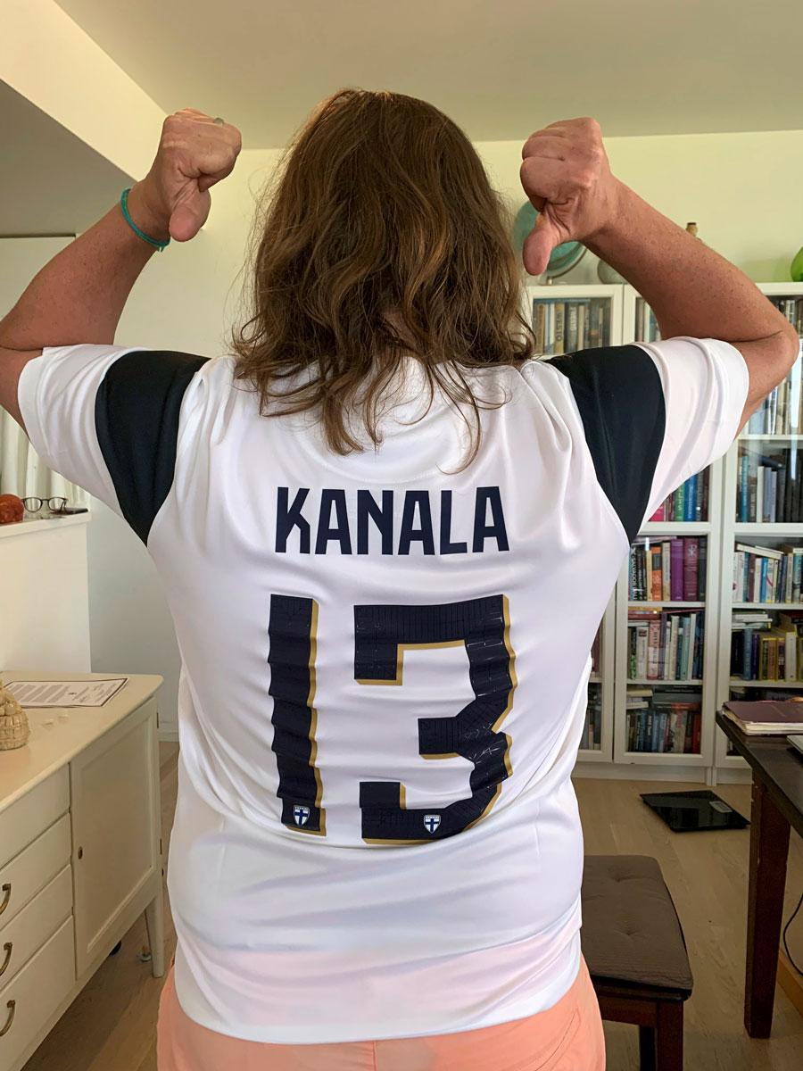"""Kari Kanala pelipaidassa, jonka selässä lukee """"Kanala 13""""."""
