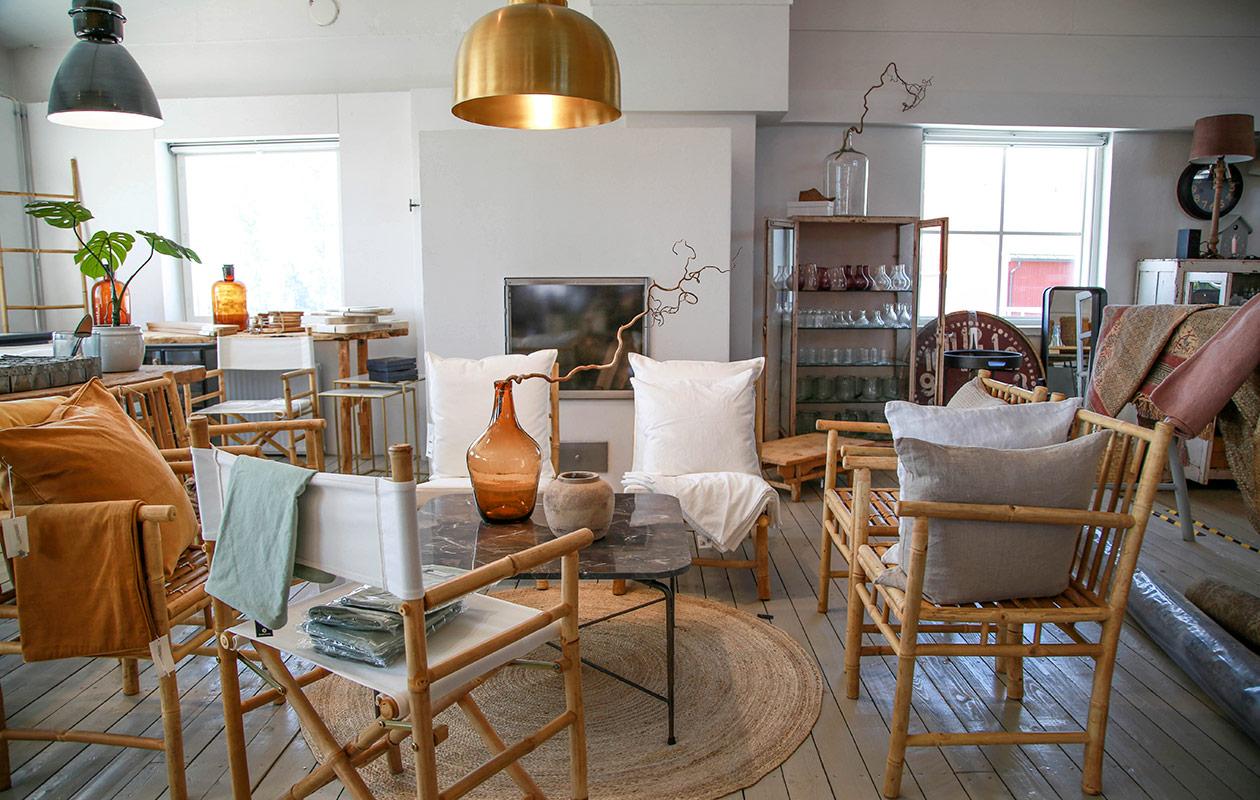 Huonekaluja ja tekstiilejä liikkeessä.
