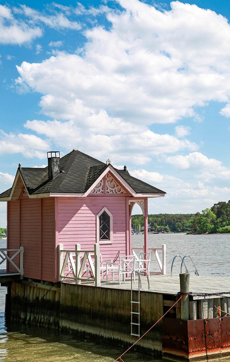 Vaaleanpunainen rakennus.