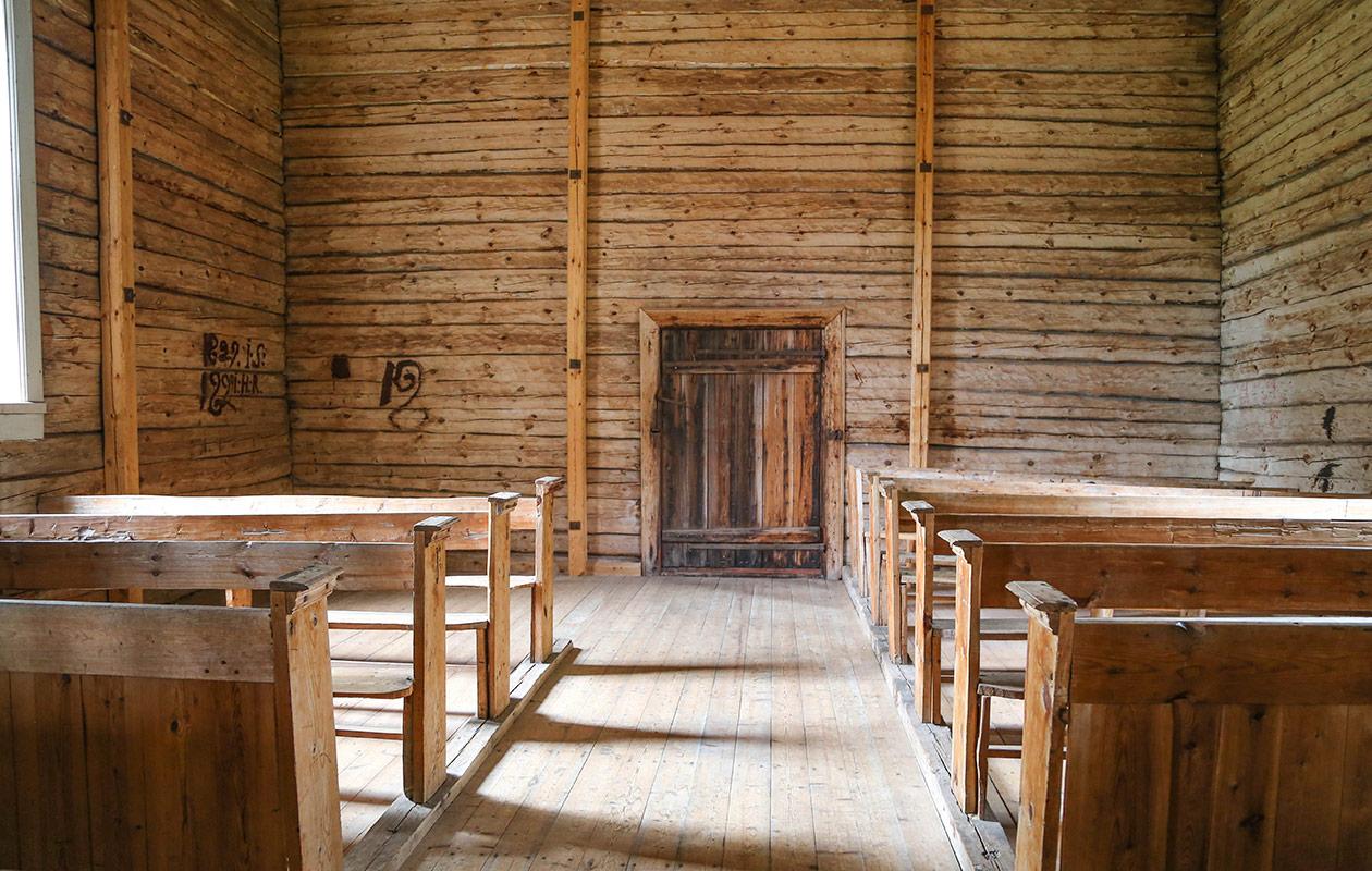 Kirkko sisältä kuvattuna.