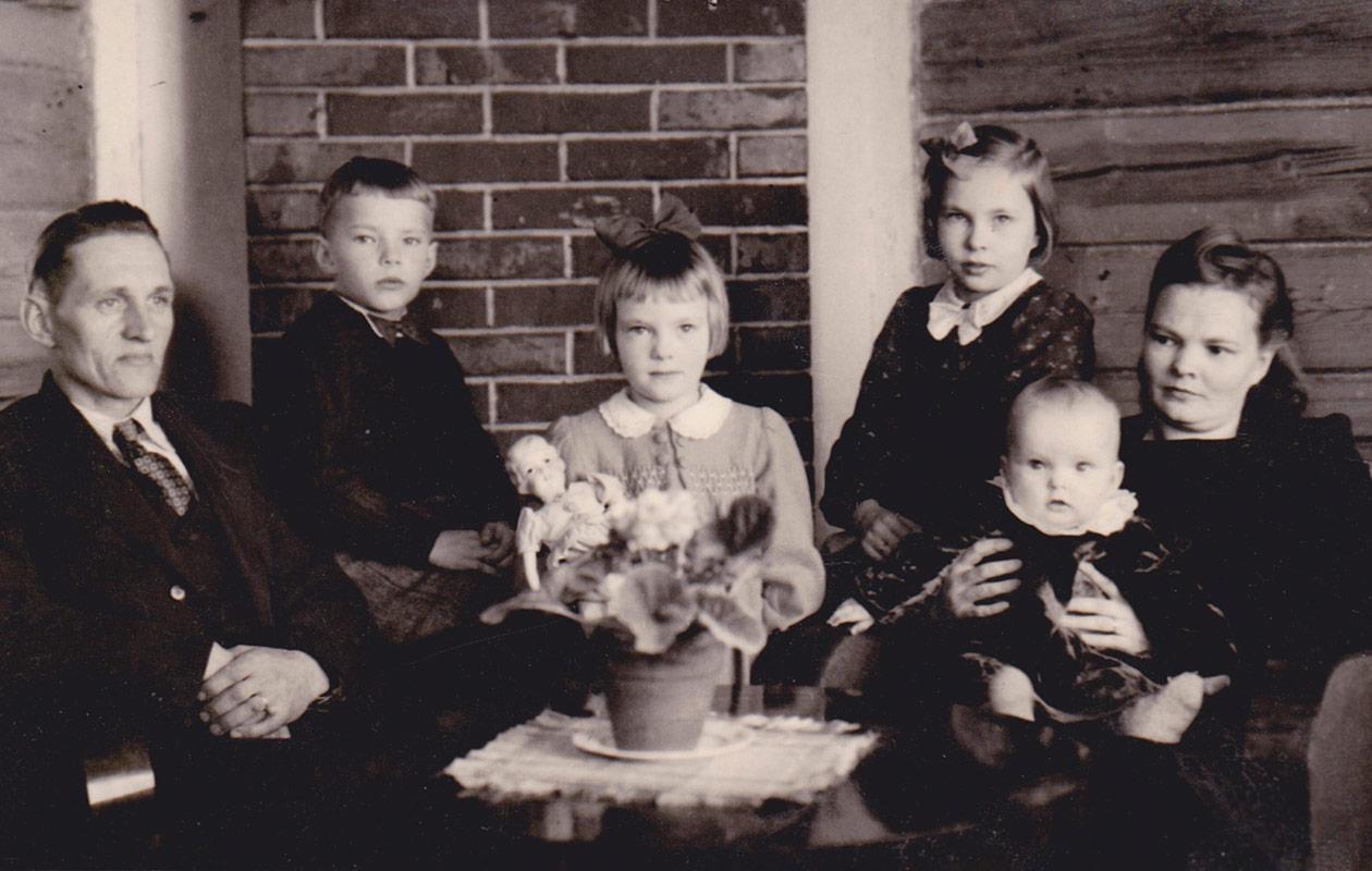 Raija Orasen perhe mustavalkoisessa kuvassa.