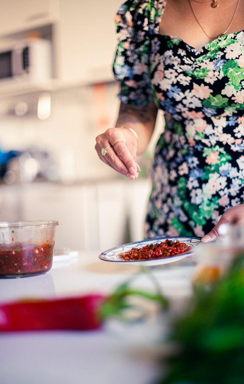 Käsi, joka pitää lautasta.